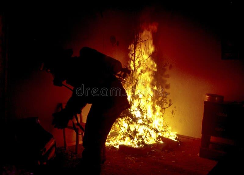 Arbre de Noël sur le feu dans une maison photo stock