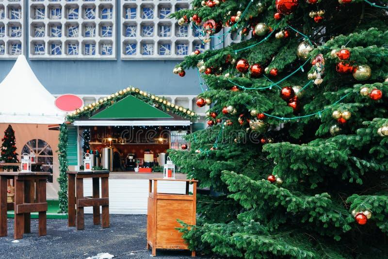 Arbre de Noël sur le marché chez Kaiser Wilhelm Memorial Church en hiver Berlin, Allemagne Advent Fair Decoration et stalles avec images libres de droits