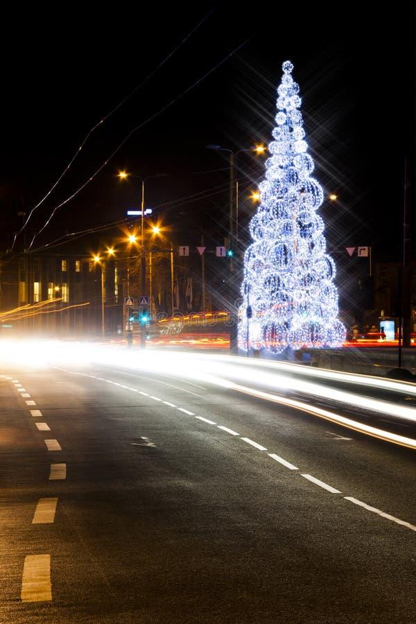Arbre de Noël sur une route photographie stock libre de droits