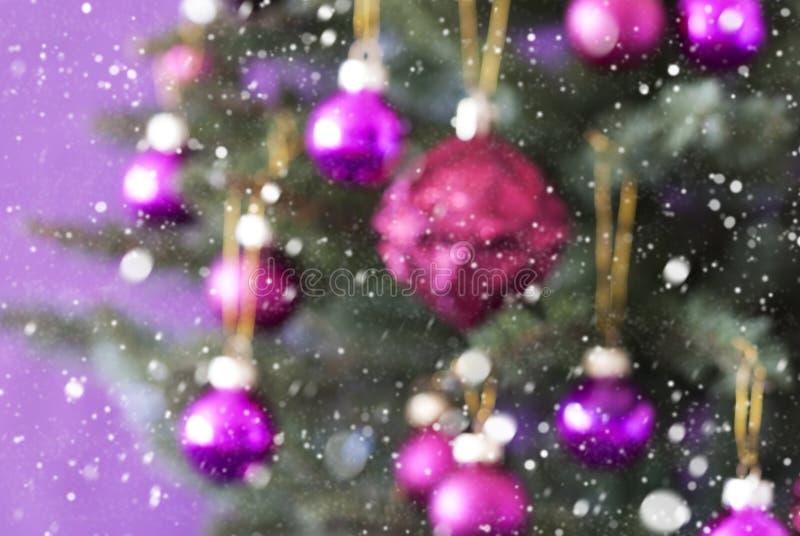 Arbre de Noël trouble avec Rose Quartz Balls And Snowflakes photo libre de droits