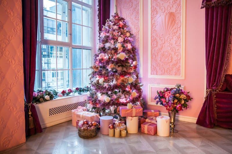 Arbre de nouvelle année décoré dans des jouets roses image stock