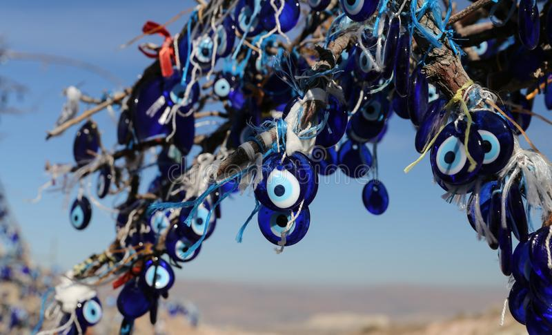 Arbre de perles d'oeil mauvais en vall?e de pigeons, Cappadocia, Nevsehir, Turquie images libres de droits