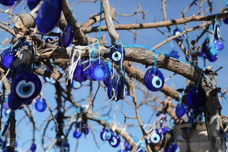 Arbre de perles d'oeil mauvais en vall?e de pigeons, Cappadocia, Nevsehir, Turquie images stock
