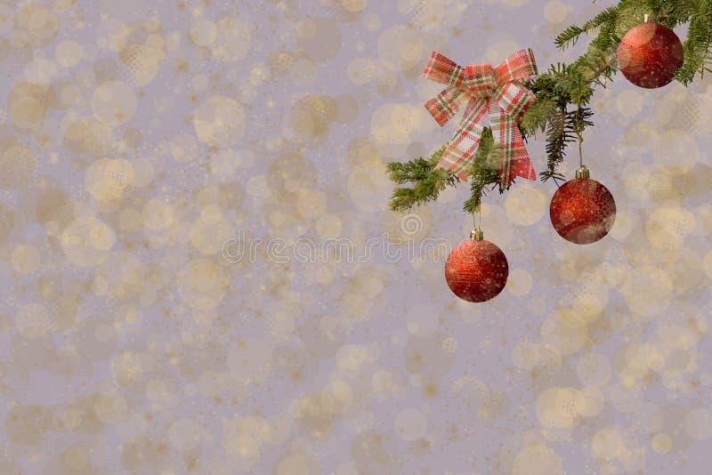 Arbre de sapin avec les boules rouges de scintillement sur le fond blanc Effets de Bokeh Carte postale de Noël photos libres de droits