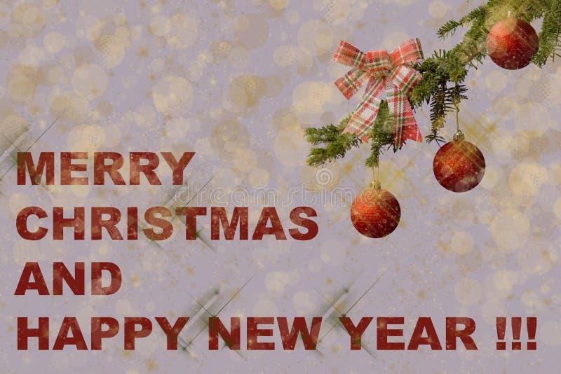 Arbre de sapin avec les boules rouges de scintillement sur le fond blanc Effets de Bokeh Carte postale de Noël en vert, rouge et  image libre de droits