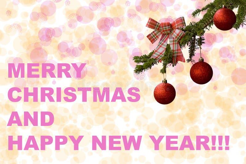 Arbre de sapin avec les boules rouges de scintillement sur le fond blanc Effets de Bokeh Carte postale de Noël en vert, rouge et  photos stock