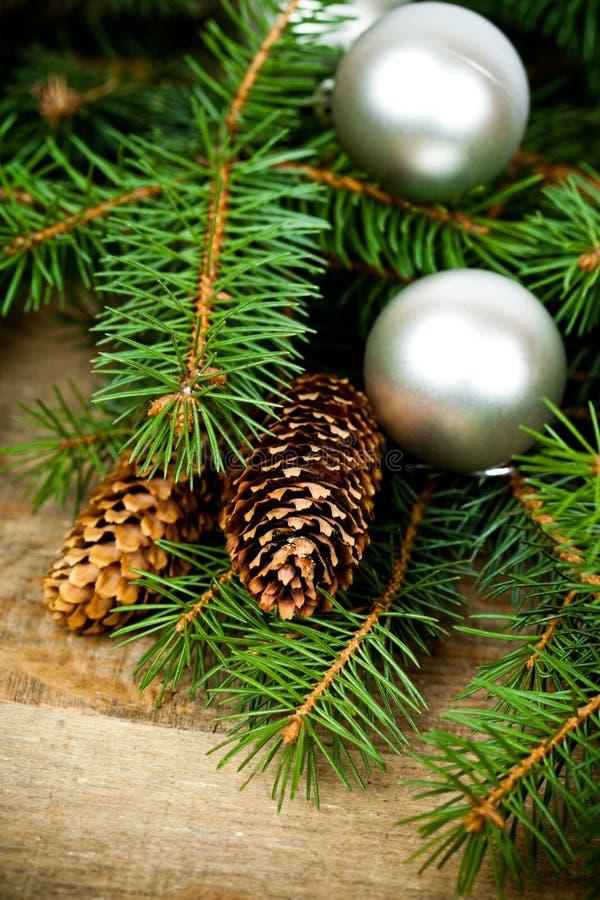 Arbre de sapin de Noël avec la décoration photos stock