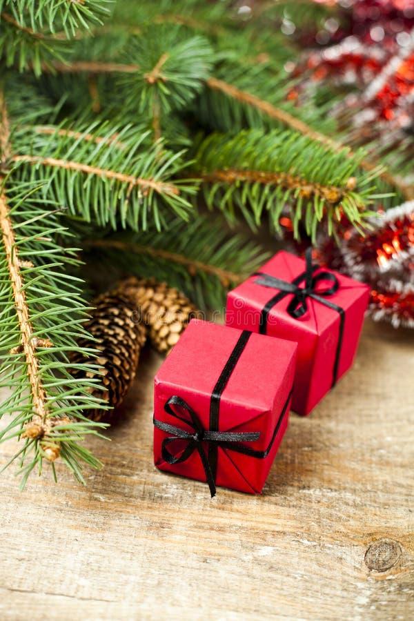 Arbre de sapin de Noël avec des pinecones et des boîtes décoratives photos stock