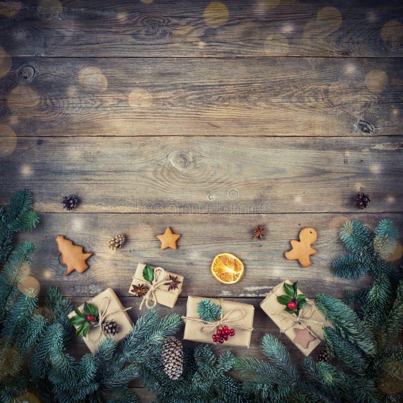 Arbre de sapin de Noël avec le cadeau de décoration, cônes de pin, branche de sapin images stock
