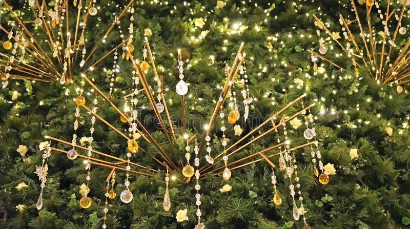 Arbre de sapin de Noël avec le fond d'or en cristal de décorations de pendants image stock
