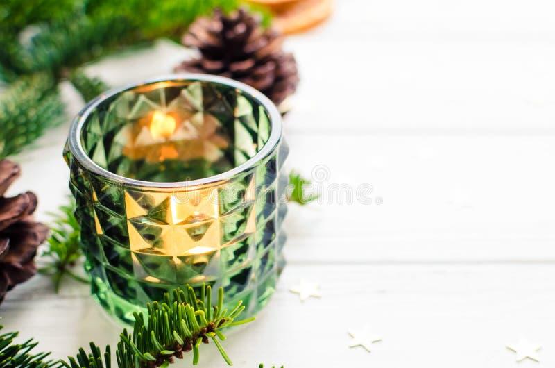 Arbre de sapin de Noël sur le fond en bois image stock