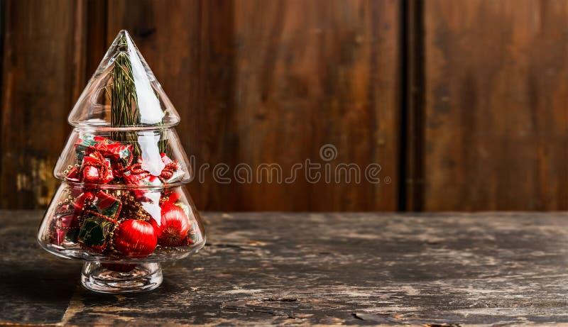 Arbre de symbole de Noël de verre avec la décoration sur la table rustique au-dessus du fond en bois photographie stock libre de droits