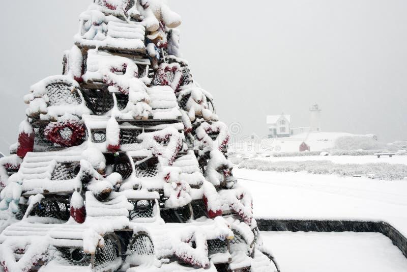 Arbre de vacances de piège de homard couvert dans la neige par Maine Lighthouse images stock