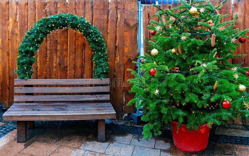 Arbre et banc de Noël au marché chez Kaiser Wilhelm Memorial Church en hiver Berlin, Allemagne Advent Fair Decoration et stalles photos stock