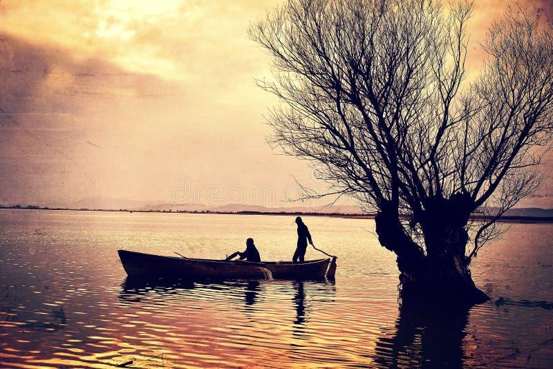Arbre et bateau de lac photo stock