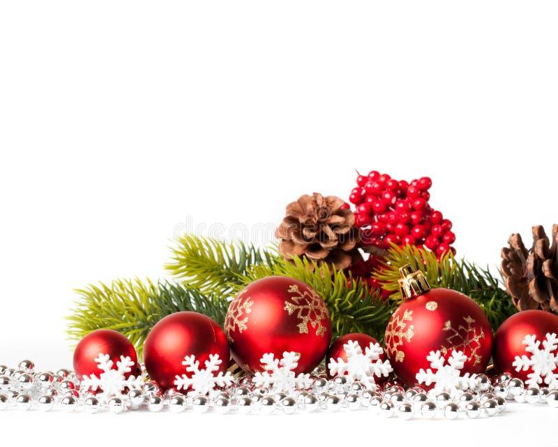 Arbre et boules de Noël rouges sur le blanc photo stock