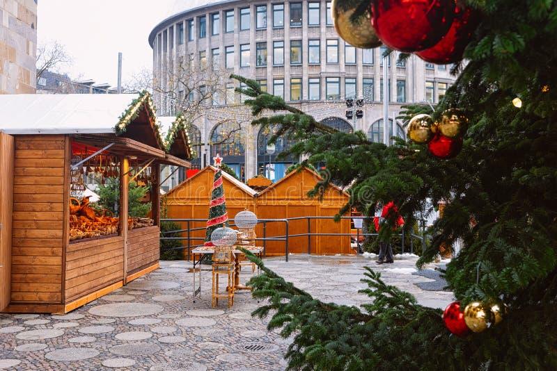 Arbre et compteurs de Noël sur le marché de Noël chez Kaiser Wilhelm Memorial Church en hiver Berlin, en Allemagne Advent Fair photos libres de droits