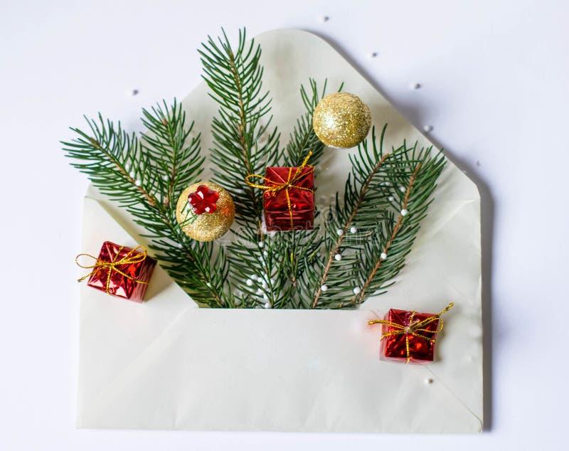 Arbre et décoration de Noël dans l'enveloppe blanche photos stock