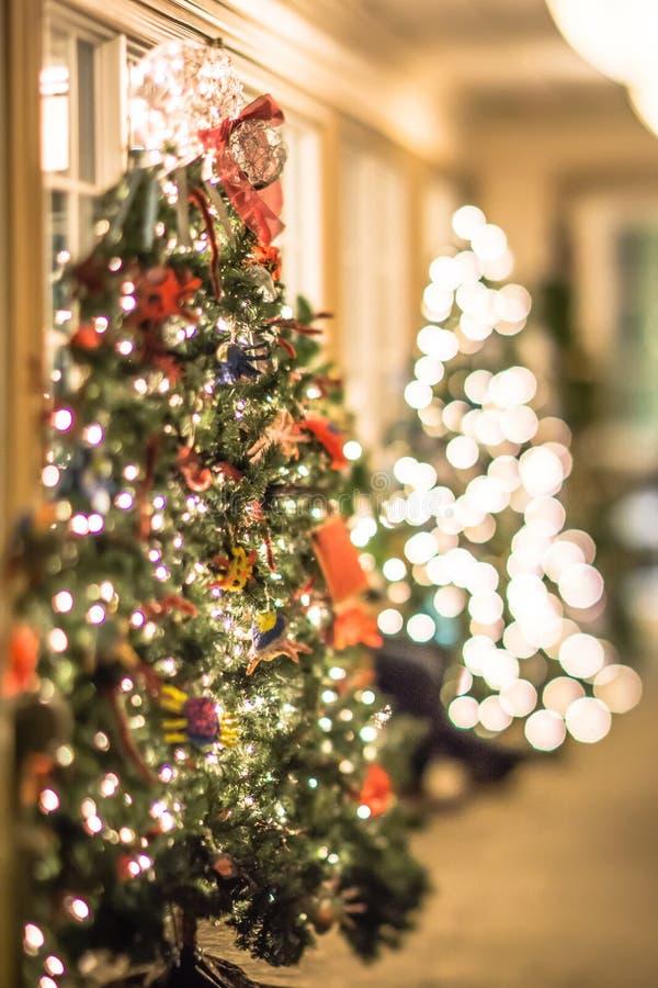 Arbre et décorations de Noël avec la profondeur du champ images libres de droits