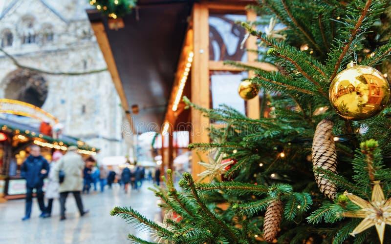 Arbre et marché de Noël chez Kaiser Wilhelm Memorial Church en hiver Berlin, Allemagne Advent Fair Decoration et stalles avec images stock