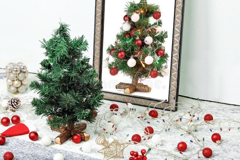 Arbre et miroir de Noël photographie stock libre de droits
