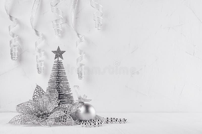 Arbre et poinsettia argentés de scintillement de Noël sur le fond moderne blanc photographie stock libre de droits