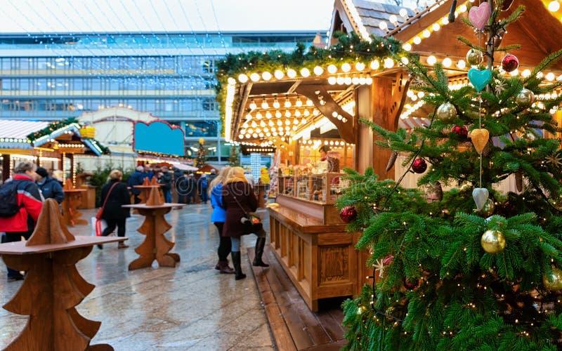 Arbre et stalles de Noël au marché de Noël chez Kaiser Wilhelm Memorial Church en hiver Berlin, en Allemagne Advent Fair photos libres de droits