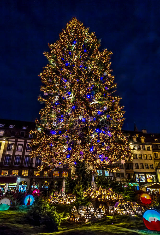 Arbre et village de Noël de Strasbourg image libre de droits