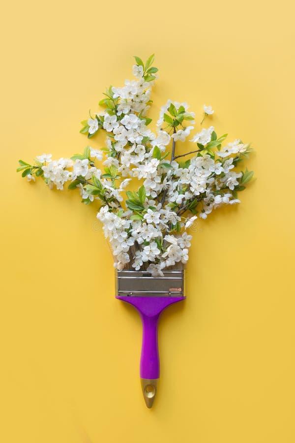Arbre fruitier de floraison blanc de concept créatif comme saisons de peinture par le pinceau sur le jaune Vue de ci-avant photos libres de droits