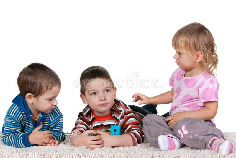 Arbre jouant des enfants photographie stock