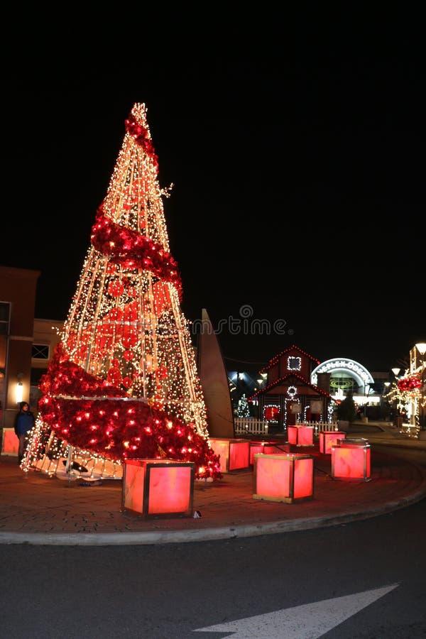 Arbre, lumières et décorations de Noël au centre commercial Dix30 Brossard image stock