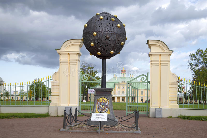 Arbre orange de signe commémoratif en l'honneur du fondateur d'A d Avant d'Oranienbaum de Menshikov Oranienbaum photos stock