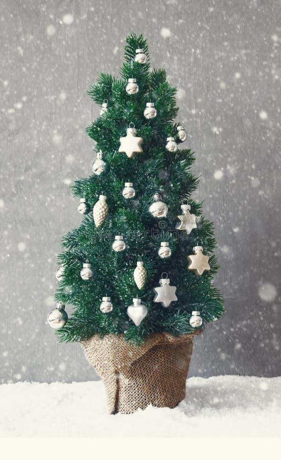 Arbre vertical, flocons de neige, ornement de boule de Noël image stock