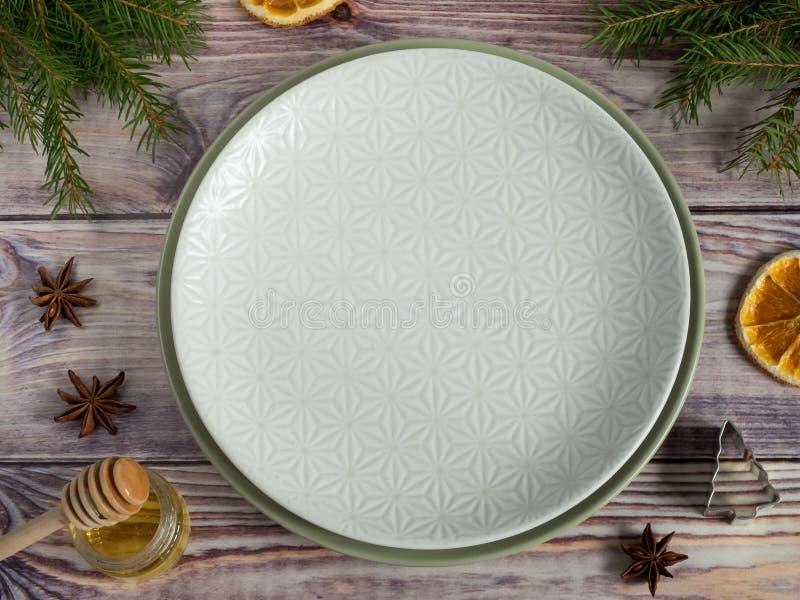 Arbre vide de plat, d'argenterie et de Noël Vue de fond en bois fini ci-dessus de table photos stock