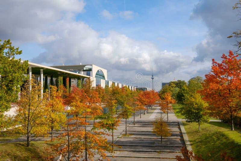 Arbres colorés un jour ensoleillé à Berlin, dur de secteur de gouvernement image stock