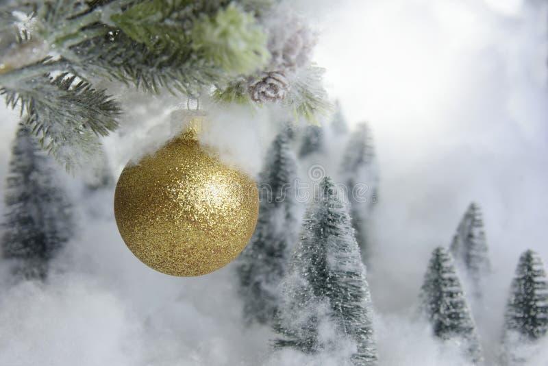 Arbres de décoration de Noël mini et boule froide image libre de droits