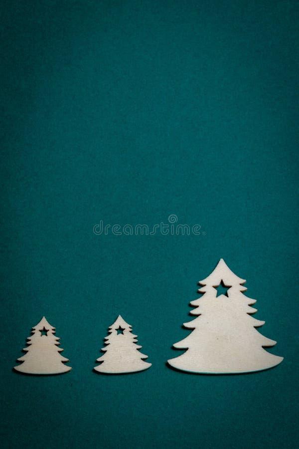 Arbres de Noël en bois sur le fond vert de Noël photos libres de droits