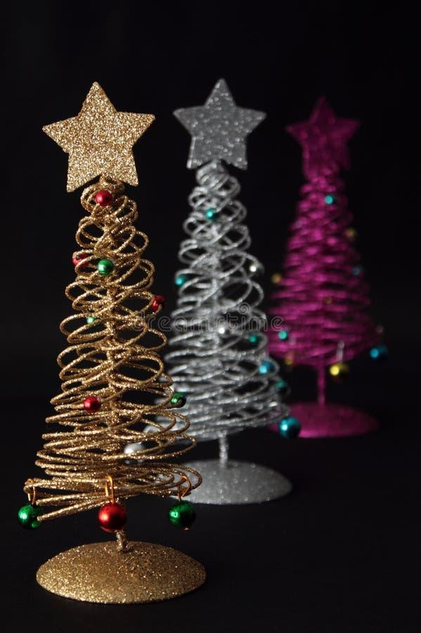 Arbres de Noël sur le fond noir images stock