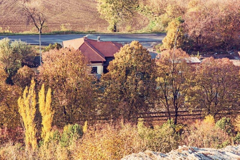 Arbres et maison de campagne colorés d'automne image libre de droits