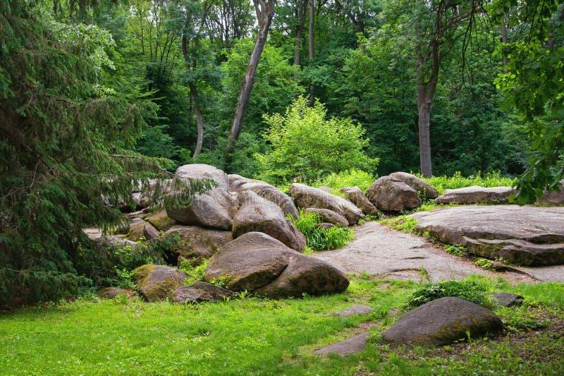 Arbres et pierres Vue de parc Sofievka dans la ville d'Uman, Ukraine photo libre de droits
