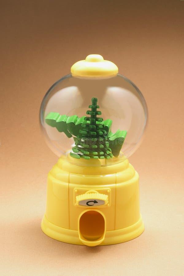 Arbres miniatures de Noël dans la machine de Bubblegum photo libre de droits