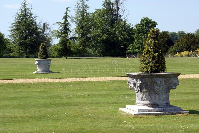 Arbustos en urnas esculpidas fotos de archivo