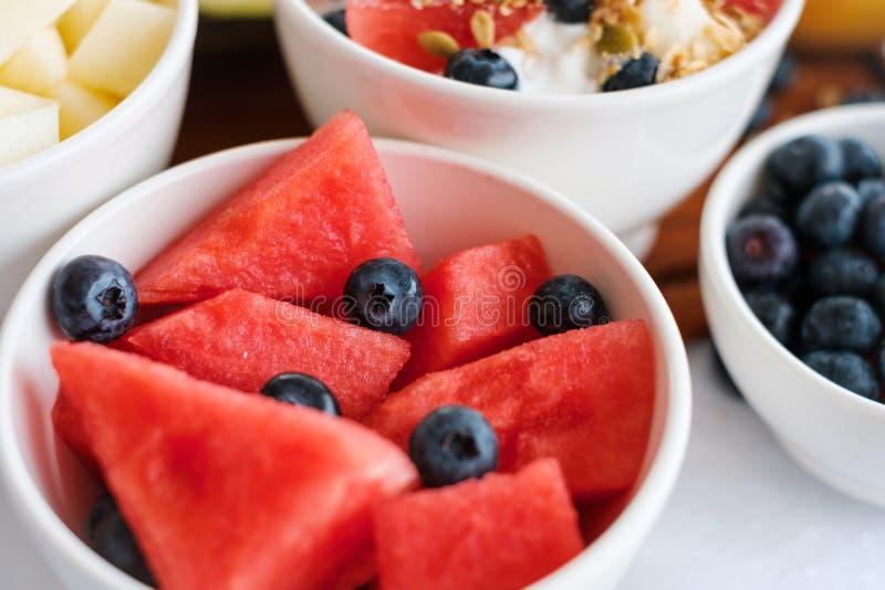 Arbuz i borówka w miseczce, sałatka owocowa, śniadanie zdjęcie stock