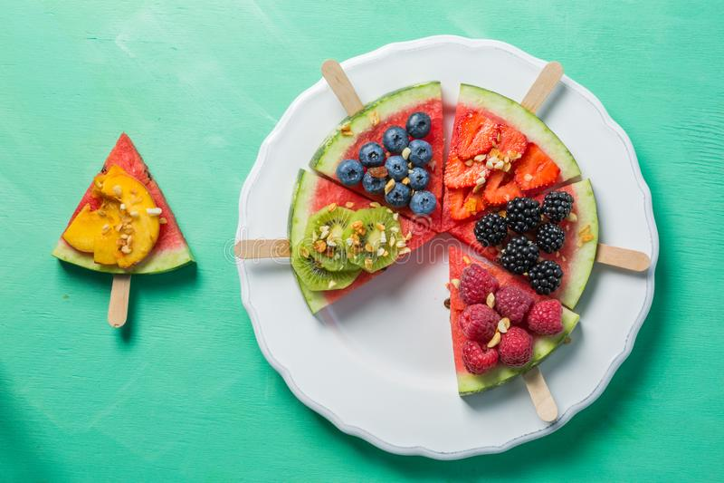 Arbuz pizza - plasterki z jagodami i owoc, granola Świeża niska carb dieta zdjęcie royalty free