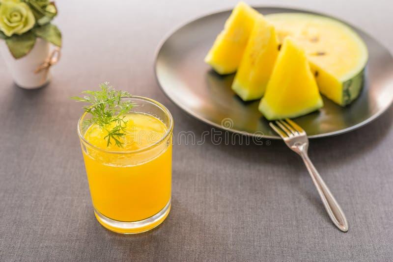 Arbuza sok z żółtą brają zdjęcie royalty free