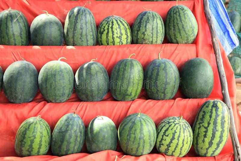 Arbuzy sprzedający przy miejscowego gospodarstwa rolnego rynkiem zdjęcia royalty free