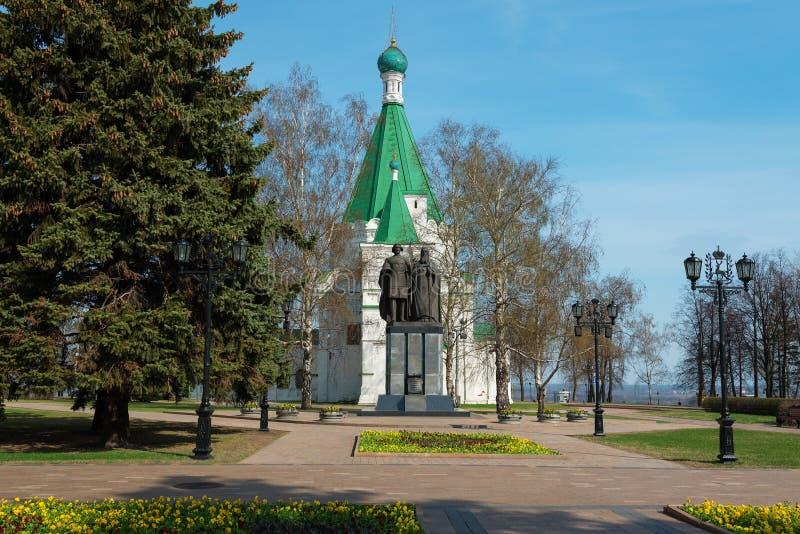 Arcángel Michael Cathedral y monumento al fundador de Nizhny Novgorod - a George Vsevolodovich y a obispo Simon imagenes de archivo