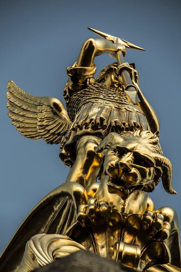 Arcángel Michael que lucha el dragón de la torre del chur foto de archivo