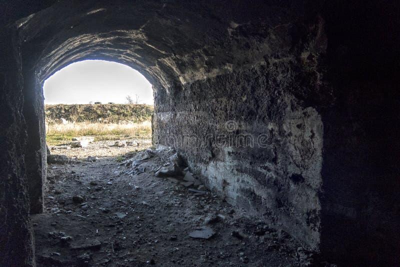 Arcón militar soviética subterráneo vieja bajo fortalecimiento fotos de archivo