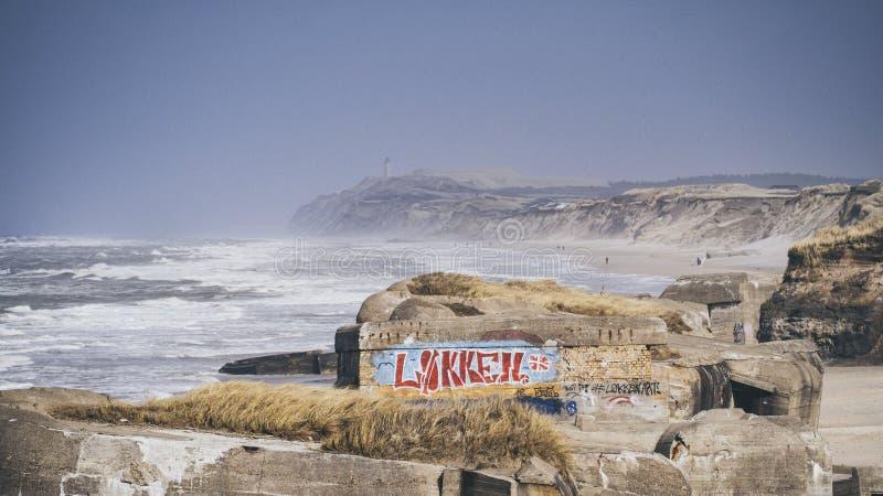Arcón vieja en la línea de Løkken, Dinamarca del norte de la costa fotografía de archivo libre de regalías
